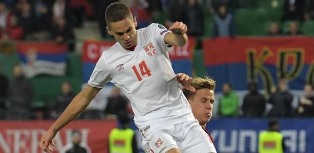 MIjat Gacinovic (de branco), da seleção da Sérvia, atrai interesse do United