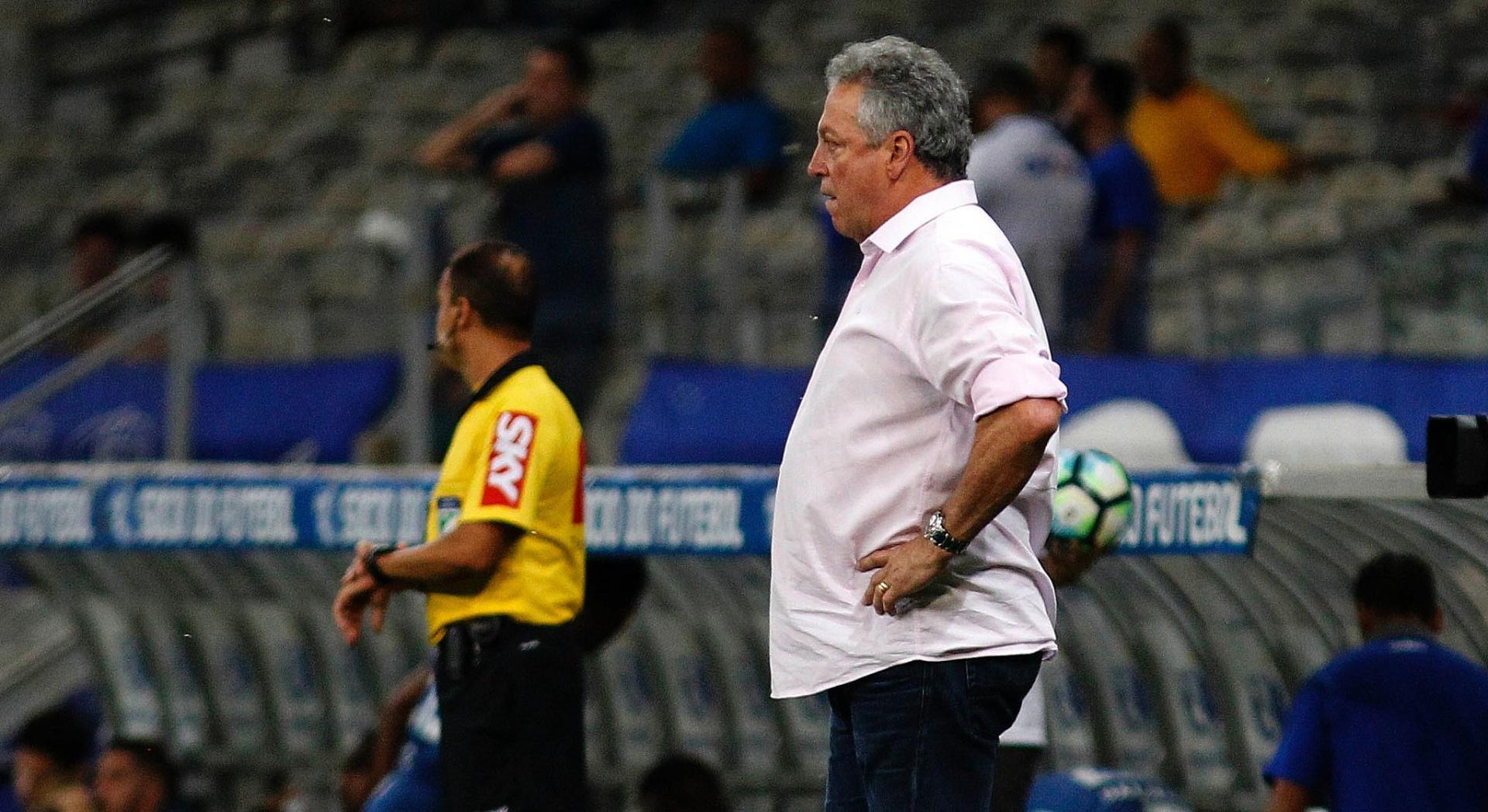 O técnico Abel Braga comanda o Fluminense contra o Cruzeiro