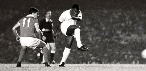 Pelé arrisca chute de direita em jogo pelo Santos