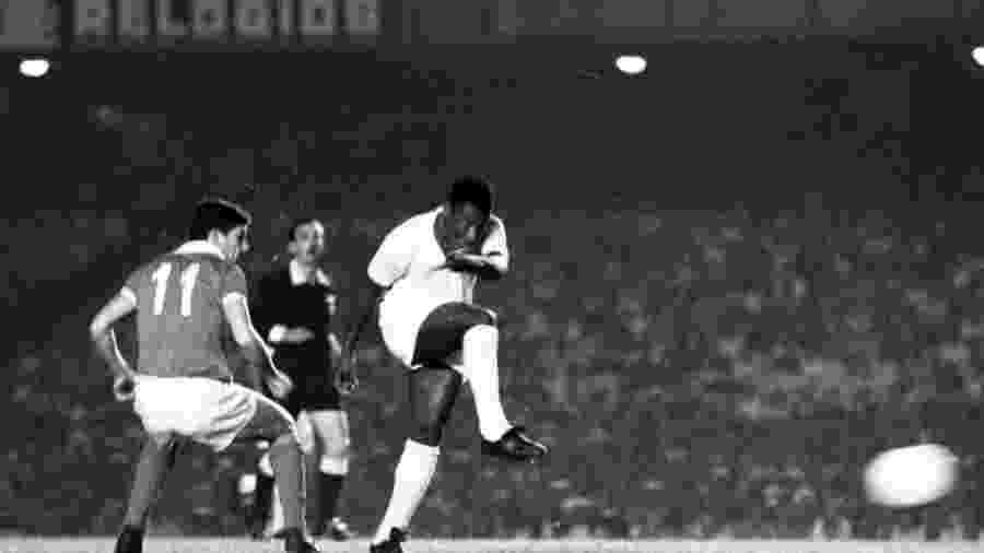 Pelé arrisca chute em Santos x Benfica no Mundial de 1962. Sportv usou imagens do Rei em campo sem autorização - Folha Imagem