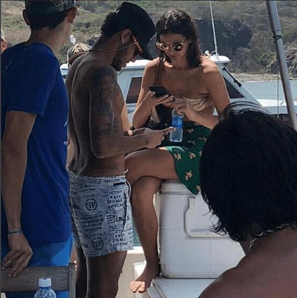 Neymar e Bruna Marquezine passeiam de iate em Fernando de Noronha