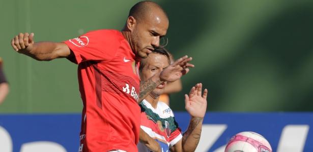 Roger (E) será titular do Internacional na partida contra o Cianorte pela Copa do Brasil