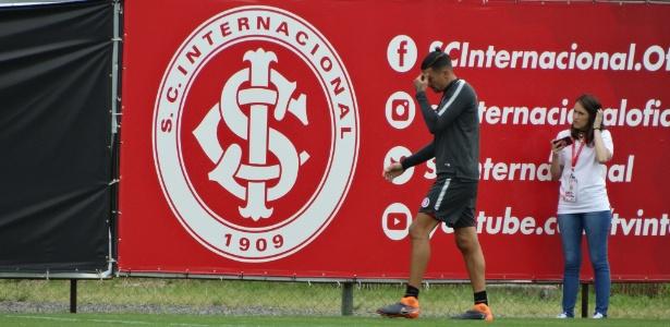 Victor Cuesta fica fora de treinamento do Inter após torcer o tornozelo