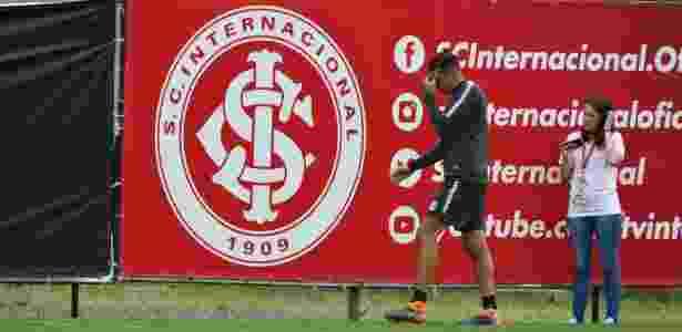 Victor Cuesta fica fora de treinamento do Inter após torcer o tornozelo  - Marinho Saldanha/UOL