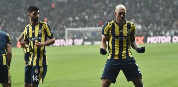 Fernandão celebra gol do Fenerbahce contra o Besiktas