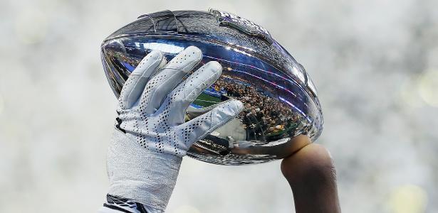 Shaquem Griffin levanta o troféu do Peach Bowl, conquistado pelo UCF Knights