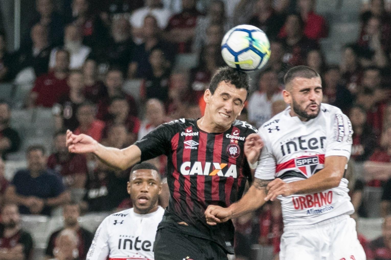 Pablo e Liziero disputam bola pelo alto no jogo entre Atlético-PR e São Paulo, pela Copa do Brasil