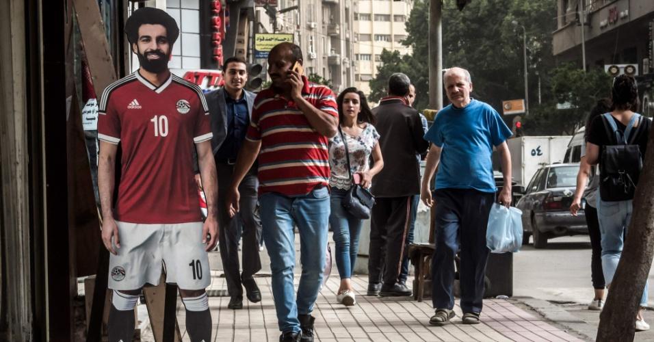 As ruas do Cairo estão todos no clima da Champions. Tem até imagens em tamanho real do meia