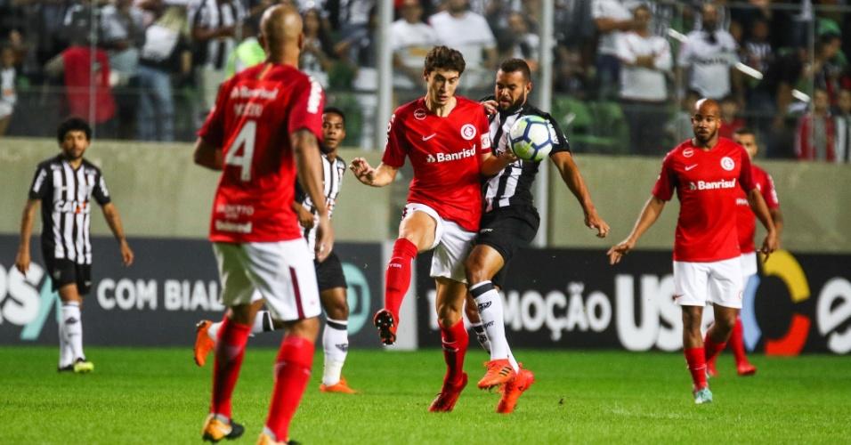 Jogadores de Atlético-MG e Internacional disputam a bola