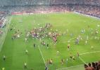 Torcida do Estrela Vermelha invade campo após classificação histórica na Champions - Reprodução/Twitter