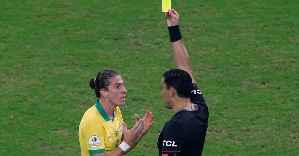 Filipe Luis recebe cartão amarelo no jogo Brasil x Paraguai pela Copa América