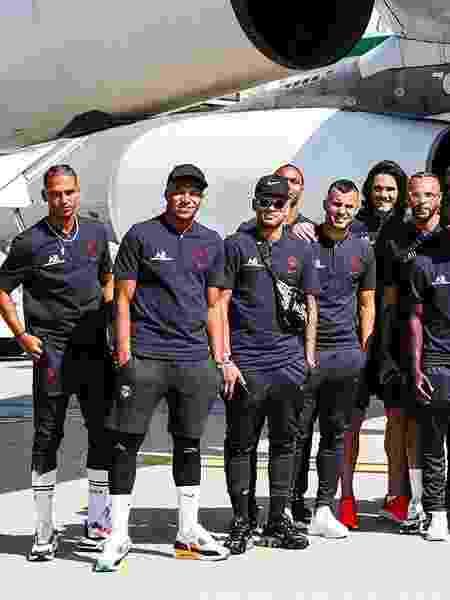 Neymar posa para fotos com time do PSG antes de embarque para a China - Reprodução