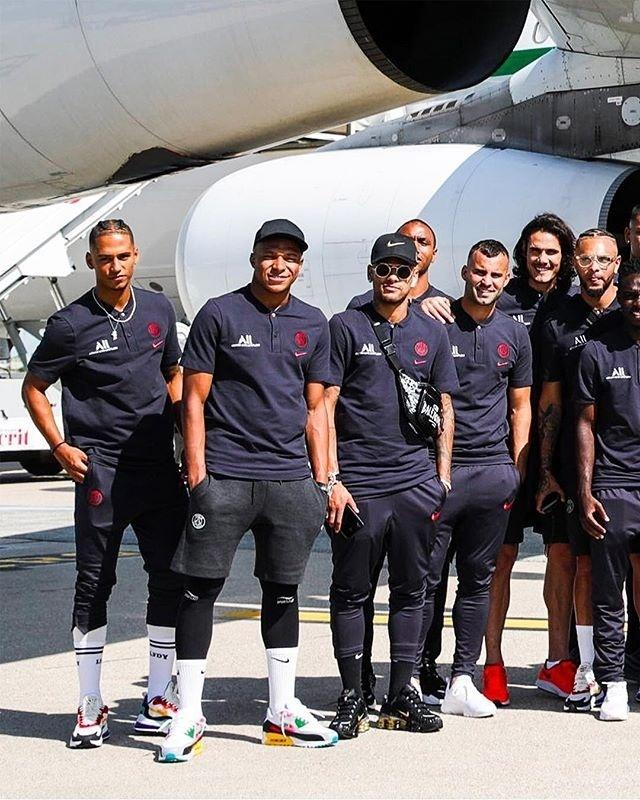 Neymar posa para fotos com time do PSG antes de embarque para a China