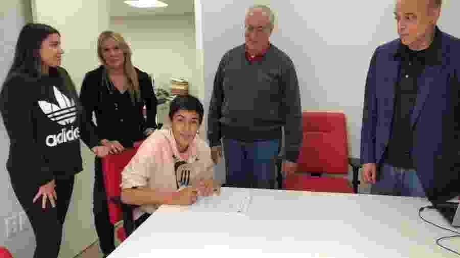 Enzo, filho de Fernandão, assina primeiro contrato profissional com o Inter - Divulgação/Marcelo Campos