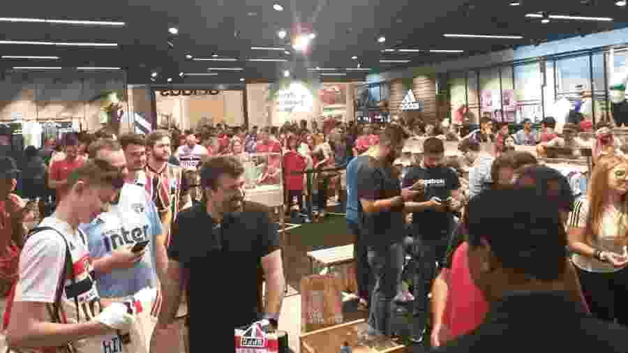 Loja da Adidas em shopping paulistano enche para evento com Daniel Alves - Diego Salgado/UOL