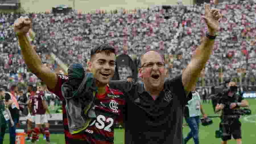 Reinier e dirigente Carlos Noval, do Flamengo,  festejam título em Lima  - Alexandre Vidal/Fla Imagem