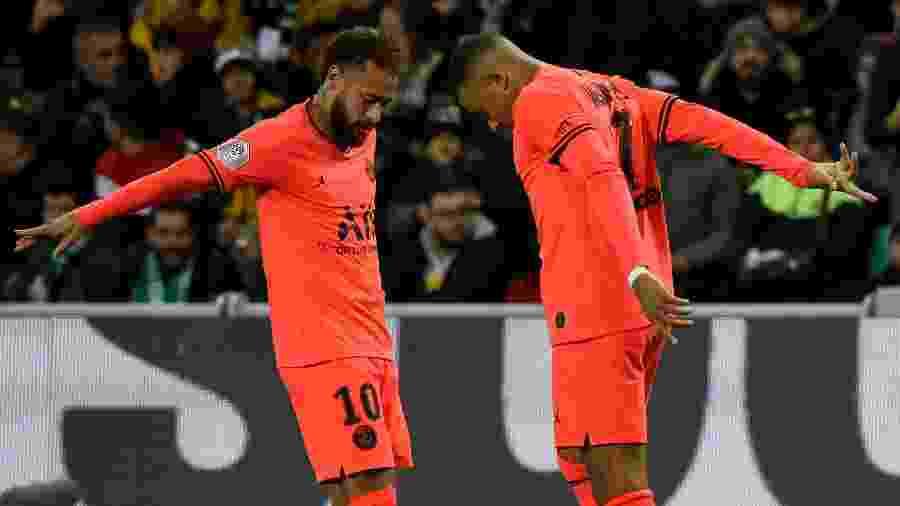 Neymar e Mbappé comemoram gol do PSG - JEAN-PHILIPPE KSIAZEK / AFP