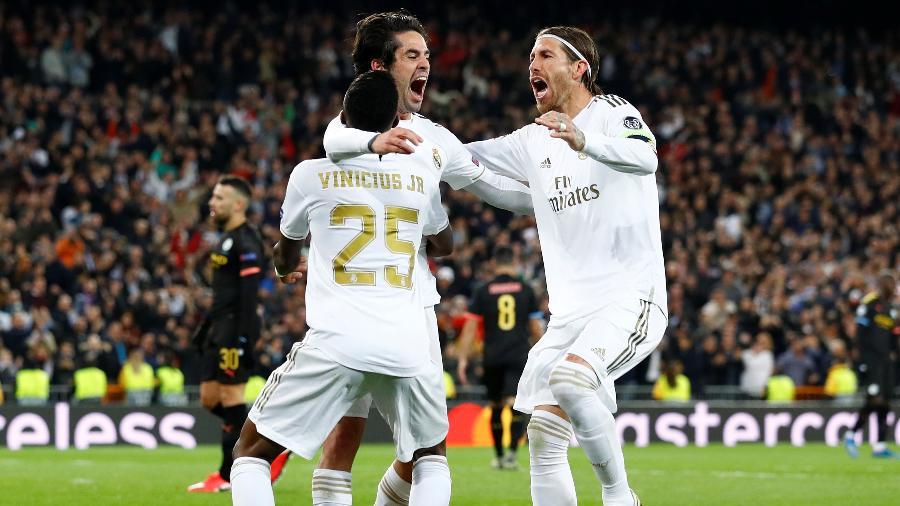 Isco, Vinícius Júnior e Sérgio Ramos comemoram gol do Real Madrid sobre o Manchester City pelas oitavas da Liga dos Campeões - Juan Medina/Reuters