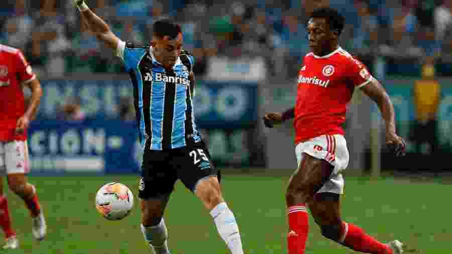 Pepê e Moisés disputam lance no clássico entre Grêmio e Internacional pela Libertadores - Jeferson Guareze/AGIF