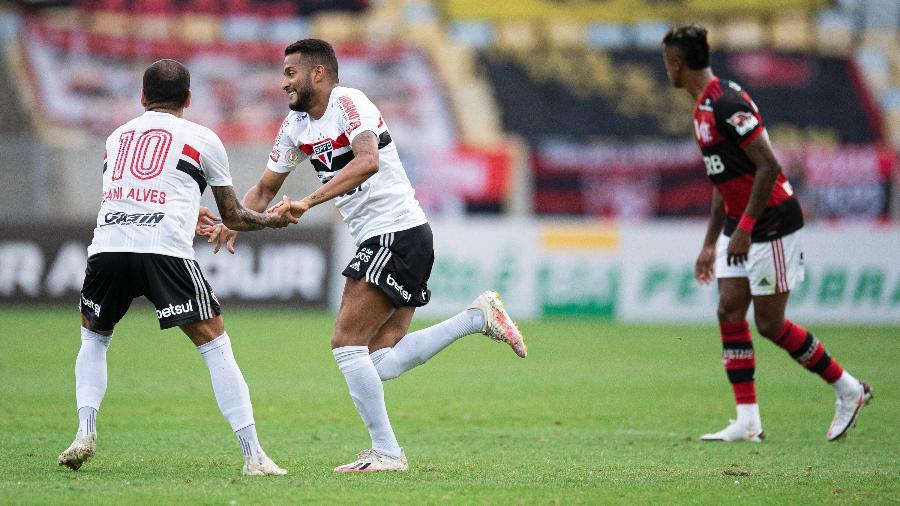 Reinaldo e Daniel Alves comemoram gol do São Paulo contra o Flamengo: 4 a 1 em jogo com dois pênaltis perdidos - Jorge Rodrigues/AGIF