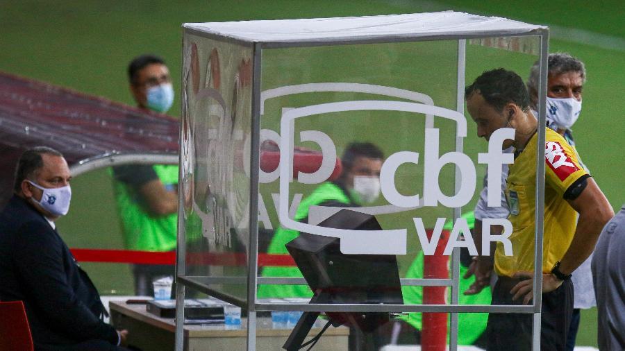 Árbitro Savio Pereira Sampaio confere o VAR  durante partida entre Internacional e Bragantino - Fernando Alves/AGIF