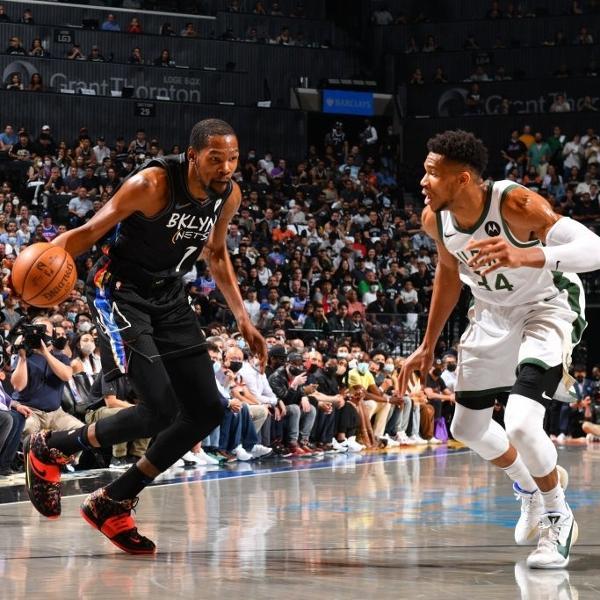 Kevin Durant e Giannis Antetokounmpo, em partida entre Brooklyn Nets e Milwaukee Bucks