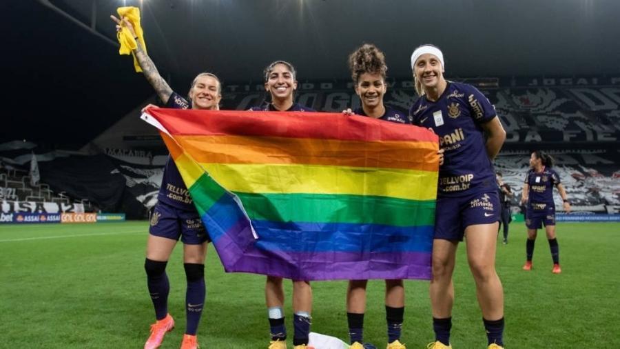 Jogadoras do Corinthians com a bandeira do arco-íris, símbolo LGBTQIA+ - Divulgação/Rebeca Reis/Staff Images