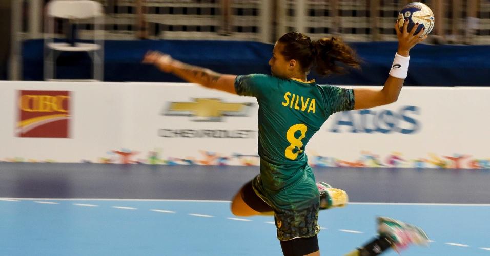 Fernanda Silva chuta no gol durante a partida com o Canadá no handebol feminino