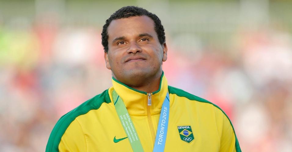 Julio Cesar de Oliveira, do Brasil, no pódio do lançamento de dardos no Pan