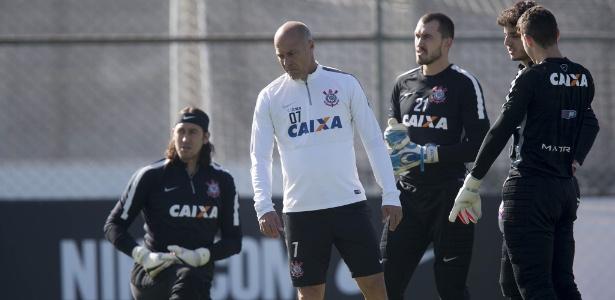Posição de titular do gol corintiano está em aberto para jogo com Flamengo