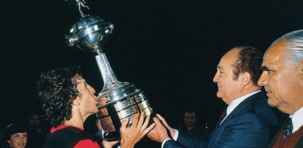 Zico recebe a taça da Libertadores em 1981. Flamengo persegue o bicampeonato