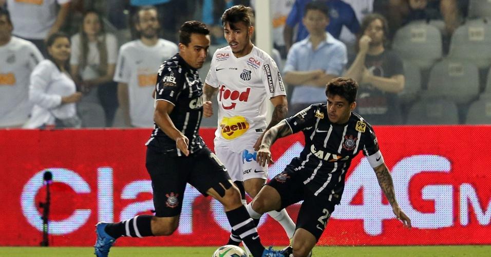 Jogadores disputam a bola em clássico entre Corinthians e Santos pela Copa do Brasil