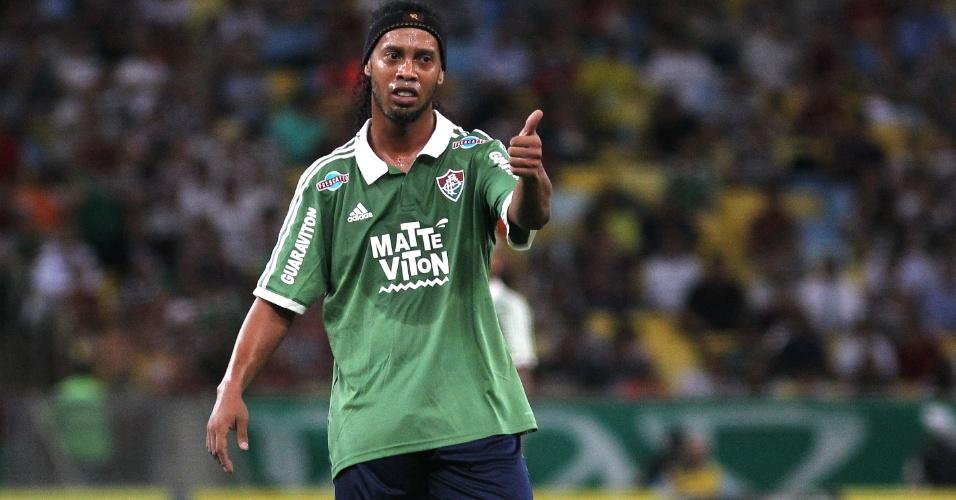 Ronaldinho Gaúcho gesticula com colegas de equipe durante confronto contra o Paysandu