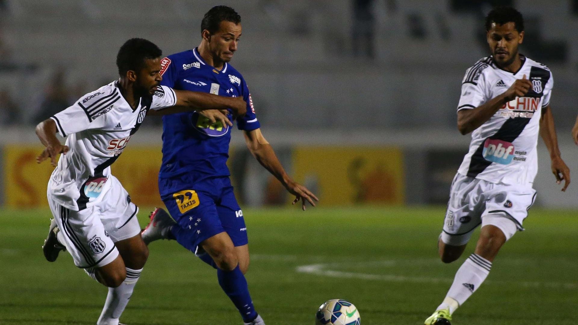 Leandro Damião disputa bola com atletas da Ponte Preta