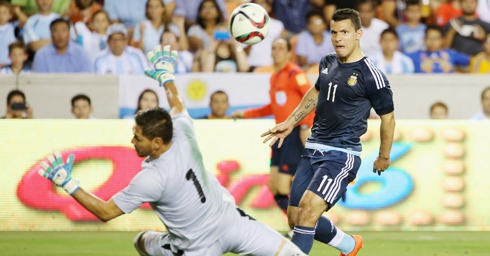 Aguero marcou duas vezes contra a Bolívia