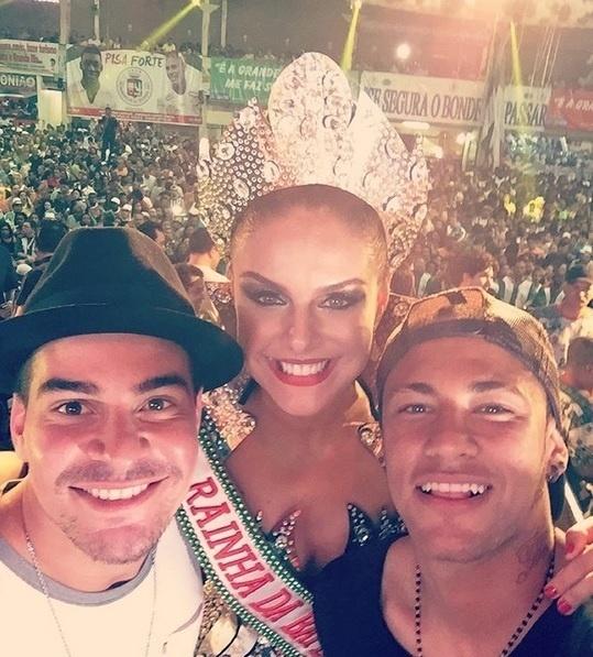 Acompanhado do casal Thiago Martins e Paloma Bernardi, Neymar participou de ensaio da Grande Rio