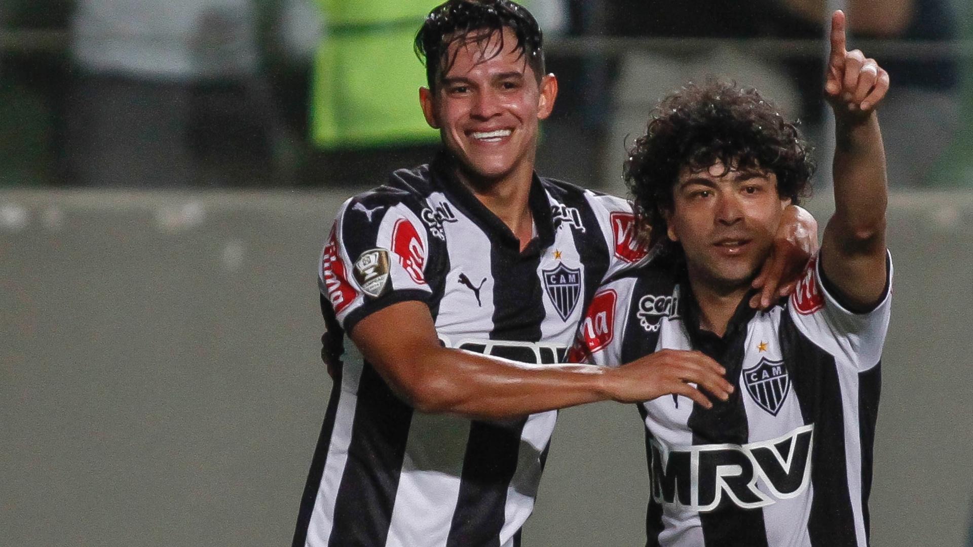 Giovanni Augusto (esq.) comemora após marcar gol para o Atlético-MG, em partida contra a Ponte Preta, neste domingo (25)