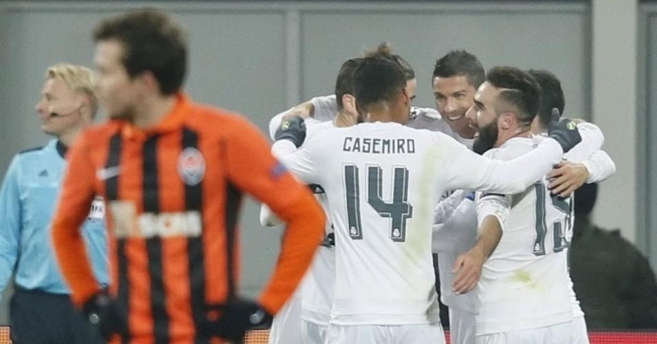 Bernard, brasileiro do Shakhtar, lamenta gol do Real, enquanto Cristiano Ronaldo comemora com companheiros