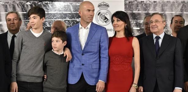 Zidane é nomeado novo treinador do Real e posa com os filhos e a mulher Veronique - AFP PHOTO/ GERARD JULIEN