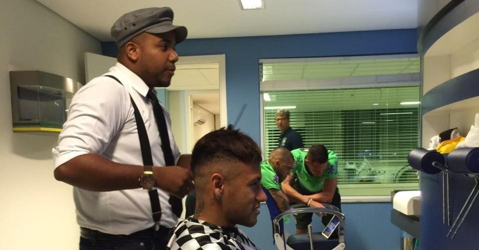 """Neymar corta seu cabelo com Everson """"Perninha"""" na concentração da seleção"""
