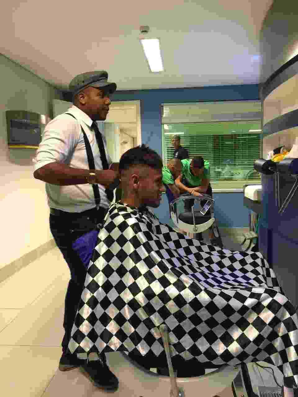 """Neymar corta seu cabelo com Everson """"Perninha"""" na concentração da seleção - Arquivo Pessoal"""