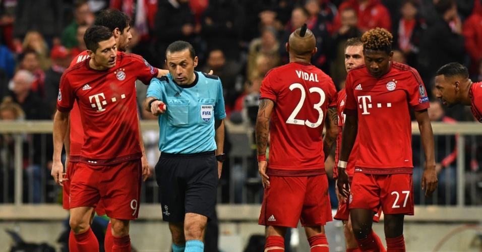 Árbitro Cuneyt Cakir marca pênalti para o Atlético de Madri contra o Bayern, na Liga dos Campeões