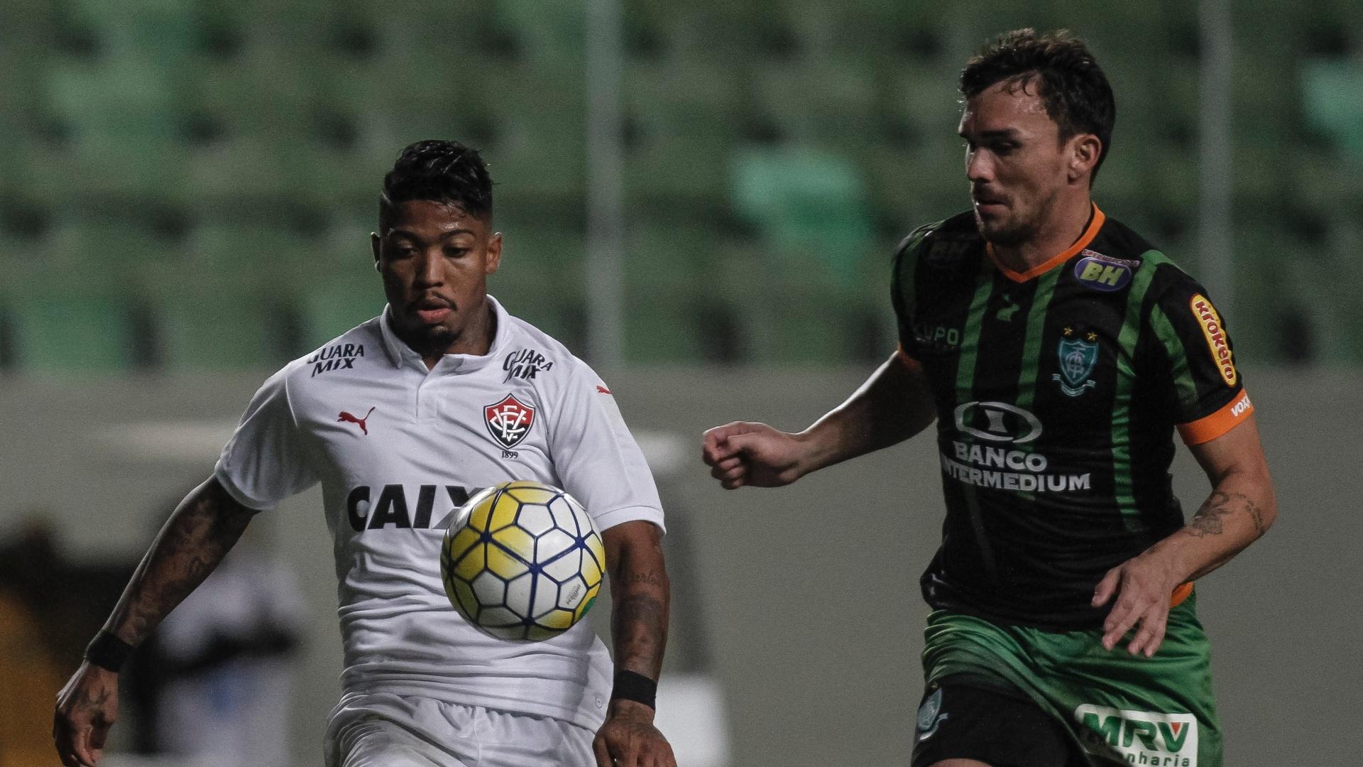Jogadores do América e do Vitória disputa bola na partida das equipes pelo Brasileirão