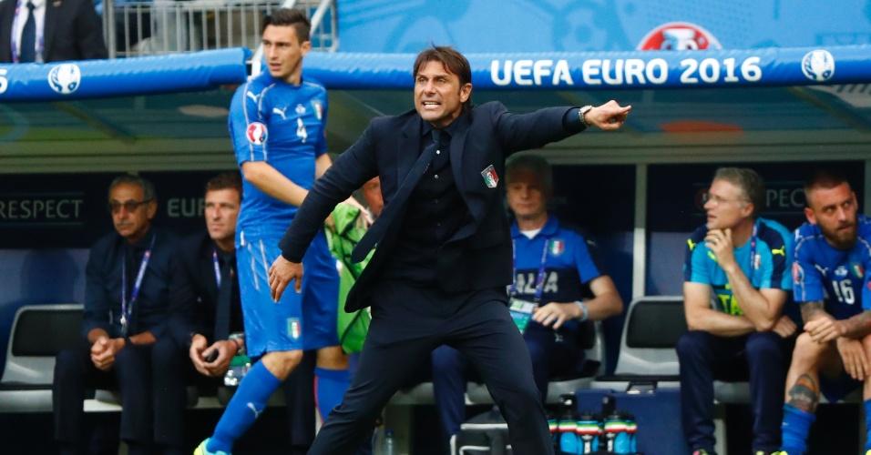 Conte rege a Itália à beira do campo durante o duelo com a Espanha