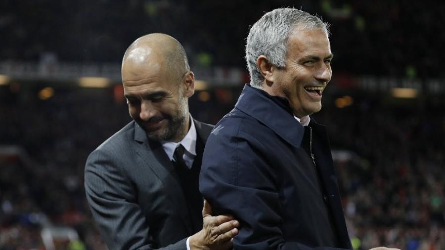 Pep Guardiola e José Mourinho se cumprimentam antes do clássico de Manchester - Reuters / Darren Staples