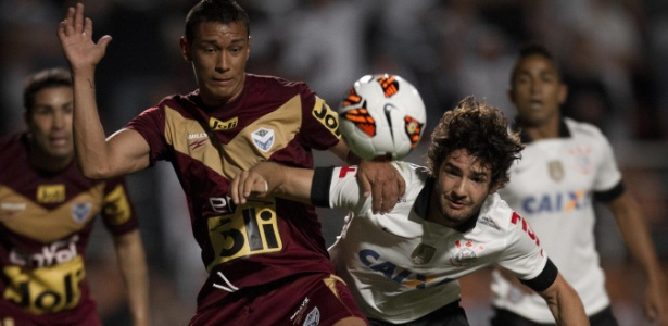 Paúl Burton, zagueiro boliviano, na época em que defendia o San José (BOL), contra o Corinthians, na Libertadores de 2013