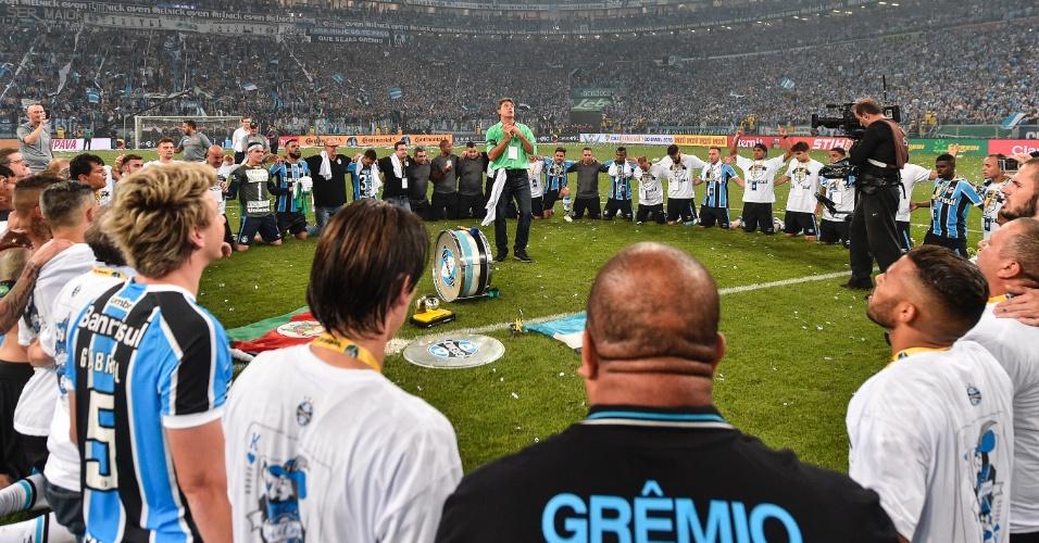 Jogadores e comissão técnica rezam no centro do gramado e cercam o técnico Renato Gaúcho