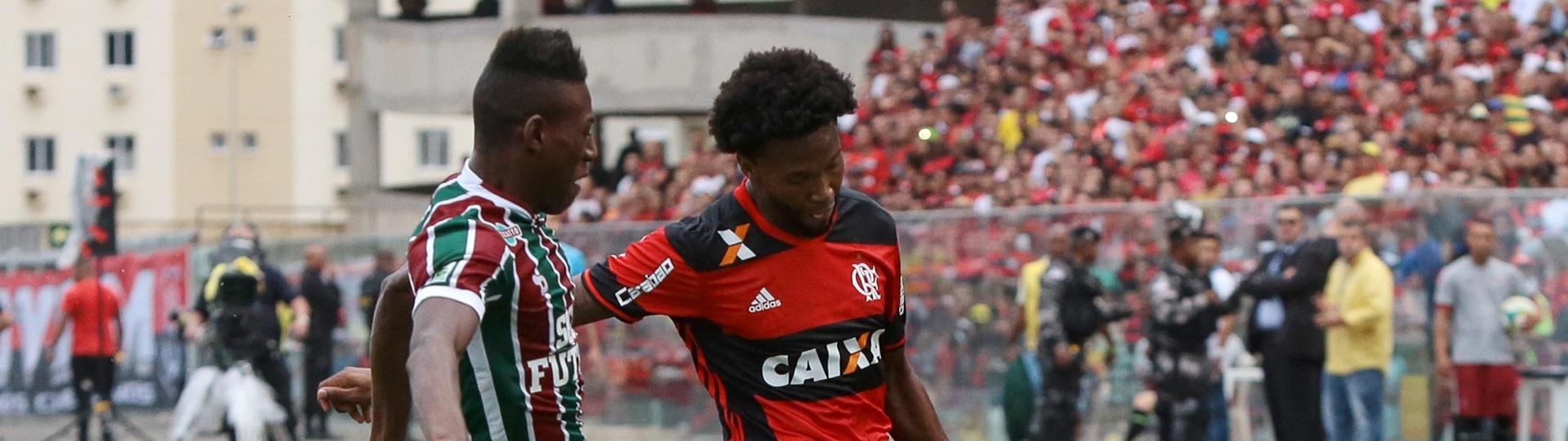 Léo Pelé e Rafael Vaz disputam lance no clássico entre Flamengo e Fluminense