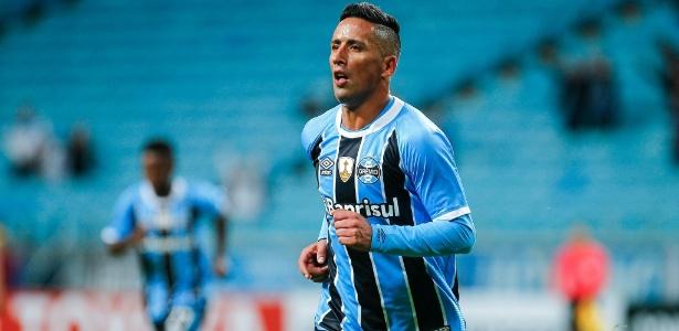 Barrios comemora um dos três gols pelo Grêmio contra o Guarani-PAR
