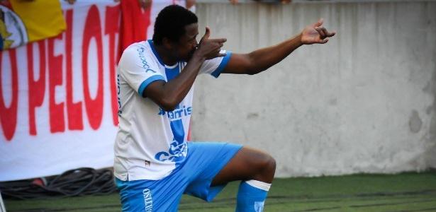 João Paulo, atacante do Novo Hamburgo, comemora gol marcado contra o Inter